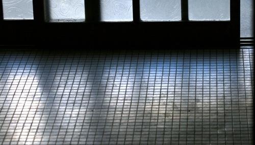 2011/07/15撮影 玄関の早朝の光