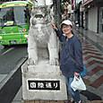 20160404_国際通りのシーサーに取り付くubazakuraさん!